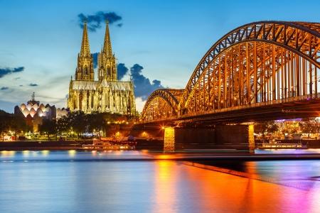 La cathédrale de Cologne et Pont Hohenzollern, Allemagne Banque d'images