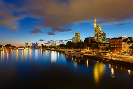 Frankfurt am důl v noci, Německo Reklamní fotografie