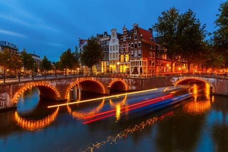 Kanály v Amsterdamu v noci
