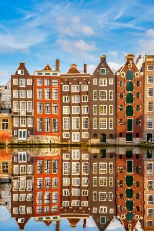 Traditionele Nederlandse gebouwen op kanaal in Amsterdam