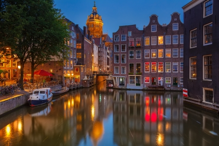 amsterdam canal: Nightview of Nicolaaskerk in Amsterdam