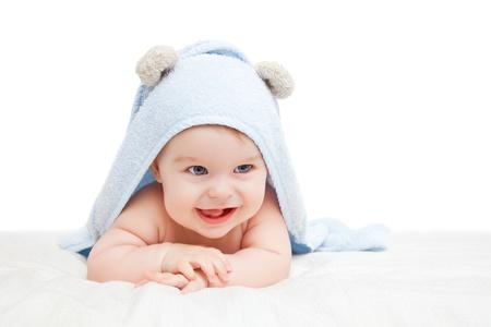 bebe gateando: Bebé lindo con la toalla en blanco Foto de archivo