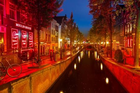 AMSTERDAM - 1er OCTOBRE 2012: Red-light district à Amsterdam le 1 Octobre 2012 à Amsterdam, Pays-Bas. Il ya environ trois cents cabines louées par des prostituées dans la région.
