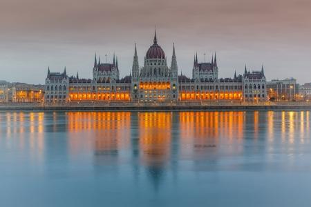 Edificio del Parlamento al atardecer, Budapest Foto de archivo