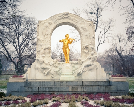 Statue of Johann Strauss in Vienna Stadtpark photo