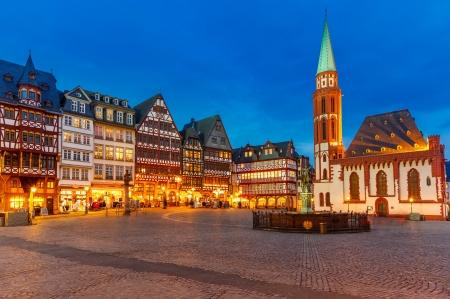 夕暮れ時にフランクフルトの歴史的な中心部