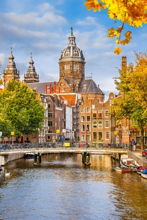 Kanaal en Sint-Nicolaaskerk in Amsterdam, Nederland