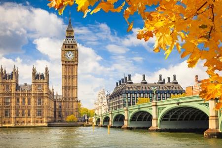 Big Ben avec les feuilles d'automne, à Londres