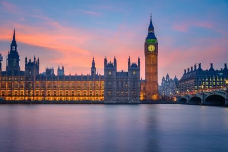 Big Ben en huizen van het parlement in de schemering