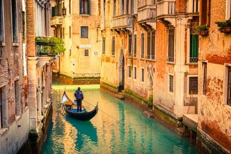 イタリア、ヴェネツィアの狭い運河でゴンドラ 写真素材