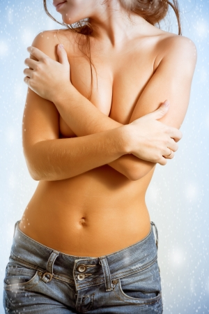 Torso de mujer en topless en un blue jeans photo