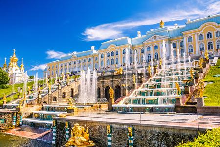 Große Kaskade in Peterhof, Sankt Petersburg, Russland Standard-Bild - 26360312