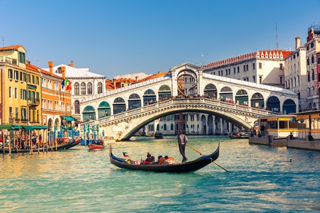Gondel in de buurt van de Rialtobrug in Venetië, Italië