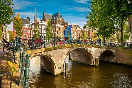 암스테르담 운하 위에 다리 스톡 콘텐츠