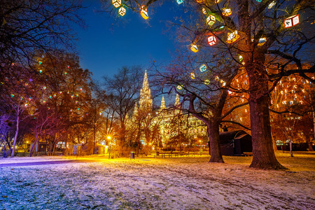 weihnachtsmarkt: Vienna town hall and park Stock Photo
