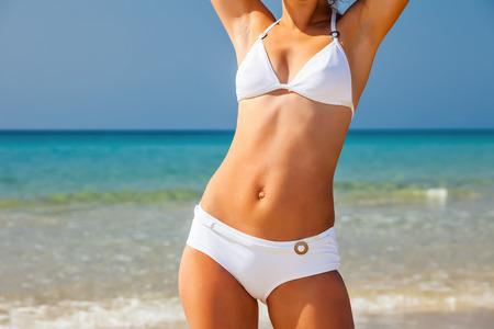 niñas en bikini: Mujer joven en la playa