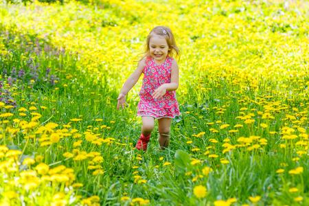 petite fille avec robe: Petite fille dans le parc
