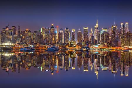 Manhattan at night 스톡 콘텐츠