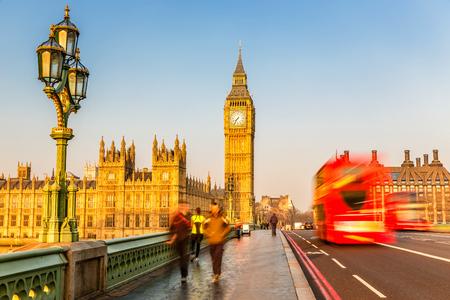 sunny day: Big Ben y rojo autob�s de dos pisos, Londres Foto de archivo