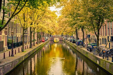 Brug over het kanaal in Amsterdam Stockfoto