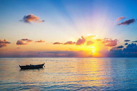 cielo y mar: Colorido amanecer en el mar en Maldivas