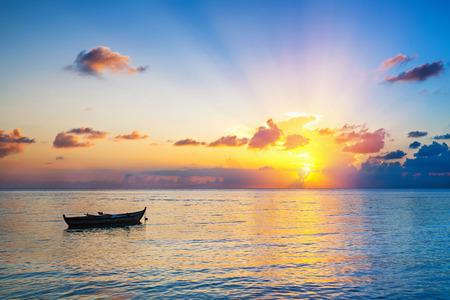 Le lever du soleil coloré sur l'océan sur Maldives Banque d'images