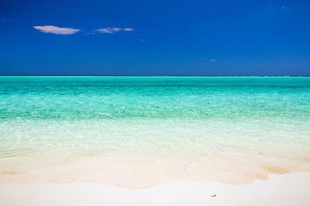cielo y mar: Hermosa playa del océano en las Maldivas Foto de archivo