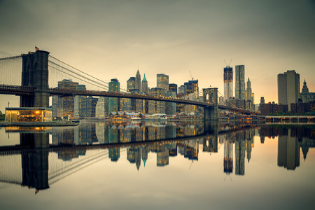 nowy: Brooklyn Bridge i Manhattan o zmierzchu, New York City