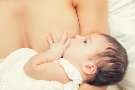 amamantando: Imagen del foco suave de la lactancia materna bebé recién nacido Foto de archivo