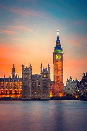 런던에서 황혼 빅 벤과 의회의 하우스
