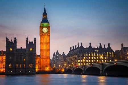 Big Ben en Westminster Bridge in de schemering in Londen