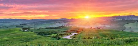 táj: Gyönyörű Toszkána táj napkeltekor, Olaszország Stock fotó