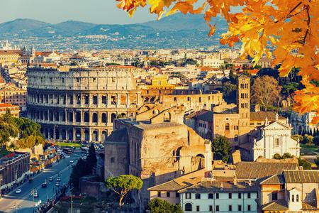 hojas antiguas: Vista sobre el Coliseo en Roma, Italia
