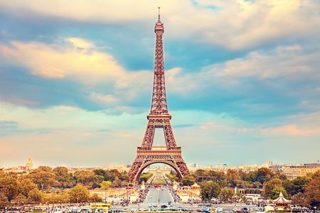 여름 햇볕이 잘 드는 저녁 에펠 탑, 파리 스톡 콘텐츠