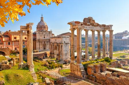 roma antigua: Ruinas romanas en Roma, Italia