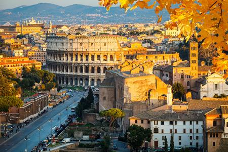 roma antigua: Vista sobre el Coliseo en Roma, Italia