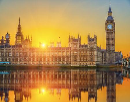 puesta de sol: Casas del parlamento en la puesta del sol, Londres, Reino Unido