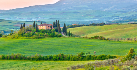 paisaje rural: Hermoso paisaje de la Toscana en la madrugada, Italia