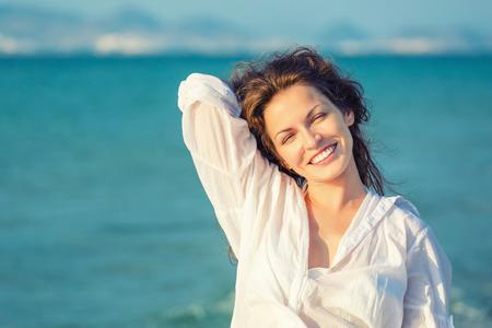 Outdoor portret van aantrekkelijke jonge vrouw Stockfoto