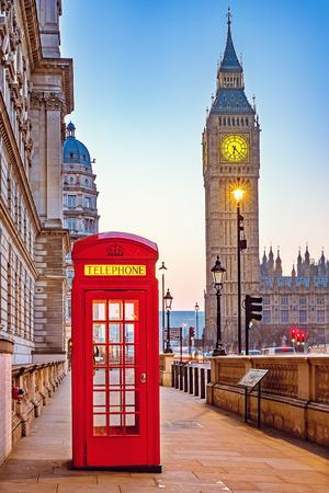 cabina telefonica: cabina de tel�fono roja tradicional y Big Ben en Londres Foto de archivo