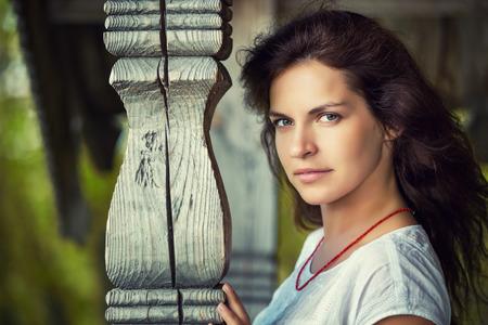 niñas bonitas: Retrato de los jóvenes al aire libre hermosa mujer Foto de archivo