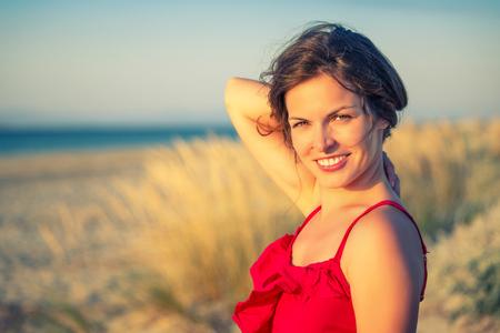 ni�as sonriendo: Retrato al aire libre de la mujer joven atractiva Foto de archivo