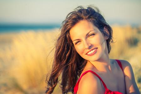 魅力的な若い女性の屋外のポートレート