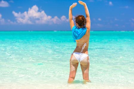 Junge Frau im Bikini im Wasser am schönen maledivischen Strand stehen
