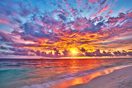 Colorful sunset over ocean on Maldives 免版税图像