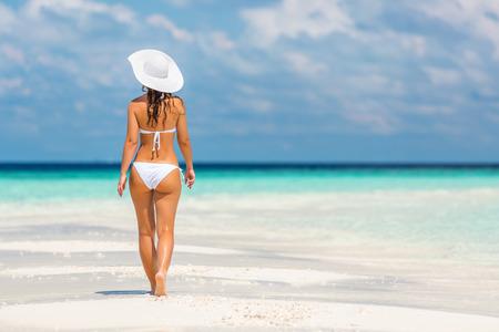 mujeres de espalda: Atractiva mujer joven que recorre en la playa Foto de archivo