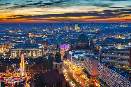 television antigua: Vista aérea del centro de la ciudad de Berlín por la noche, Alemania