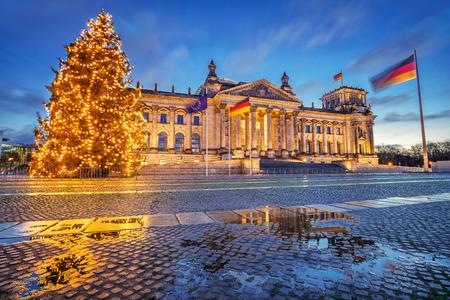 Arbre de noël Reichstag la nuit, Berlin, Allemagne Banque d'images - 64819849