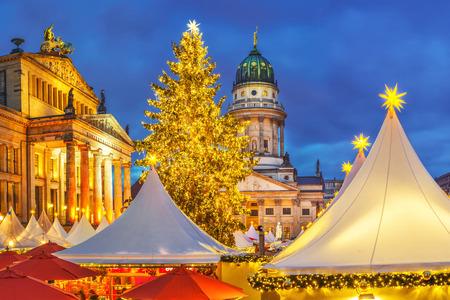 クリスマス マーケット、フランスの教会、ドイツ ・ ベルリンのコンツェルトハウス 写真素材
