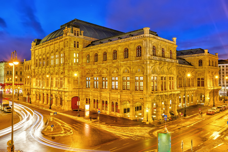 Vienna's State Opera House at night, Austria Stockfoto